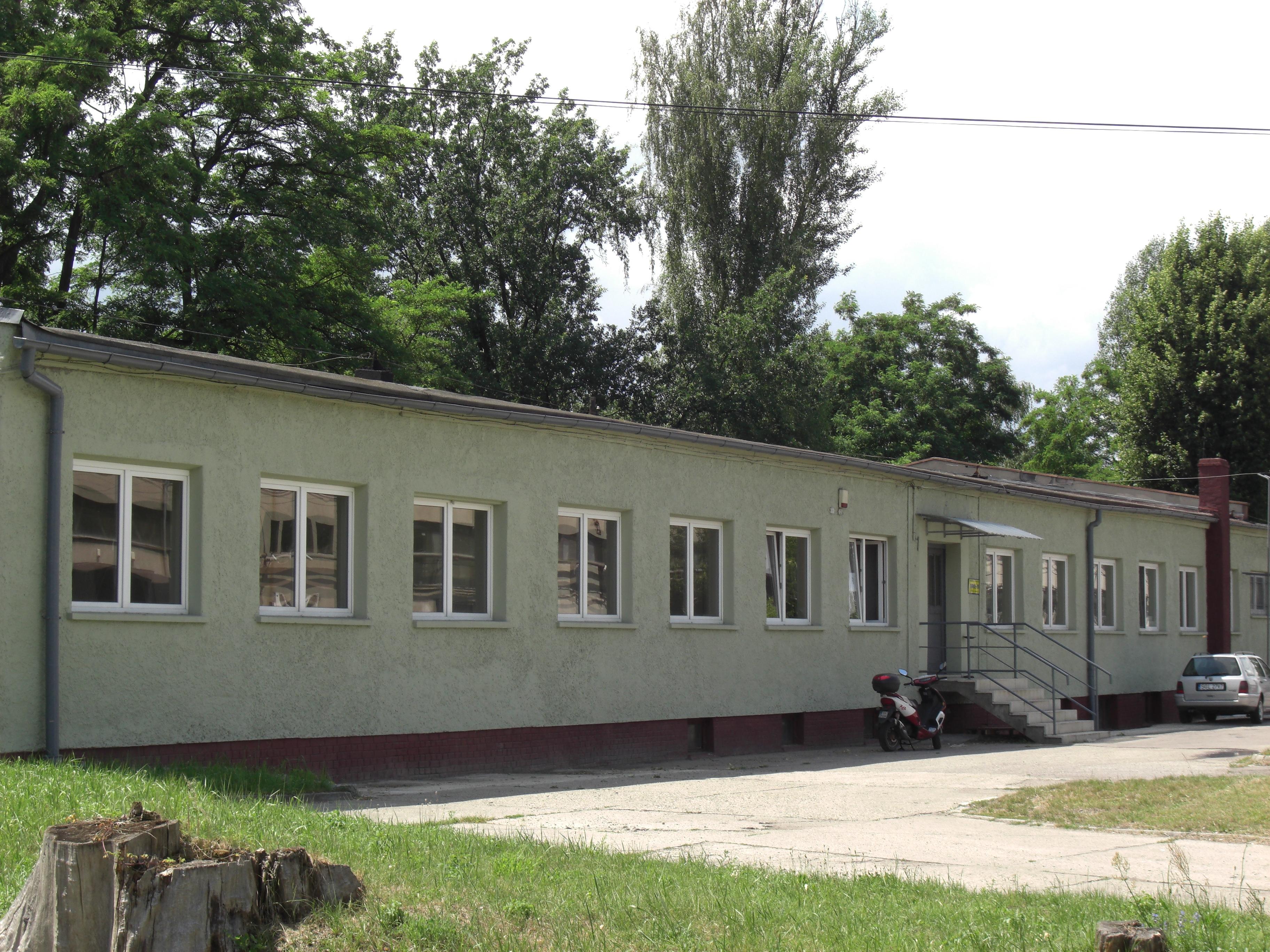 Biura 218 m2 i 193 m2 z możliwością wynajęcia magazynów w piwnicy.